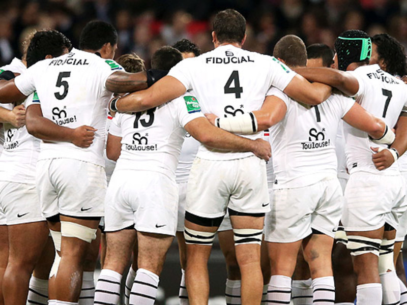 Large toulouse team huddle