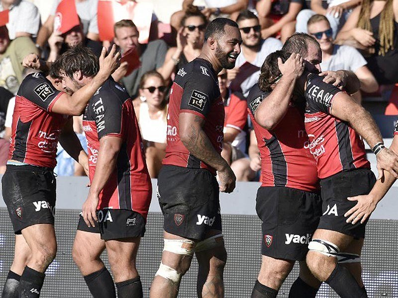 Large toulon players celebrate 800