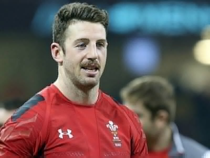 Wales star signs for English champions