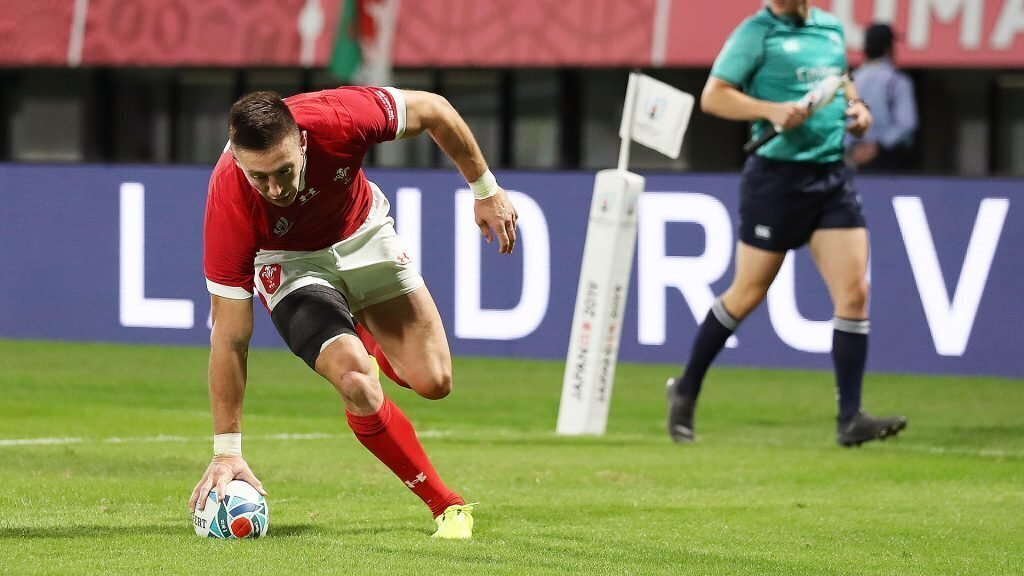Wales cruise to win